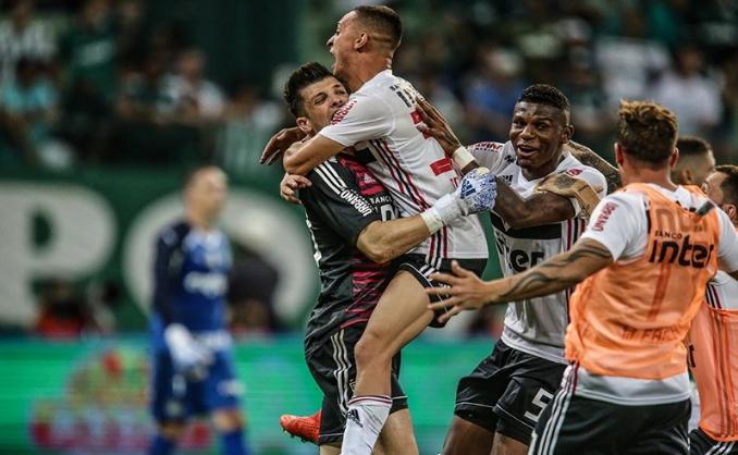 SÃO PAULO DECIDE COM SANTOS OU CORINTHIANS