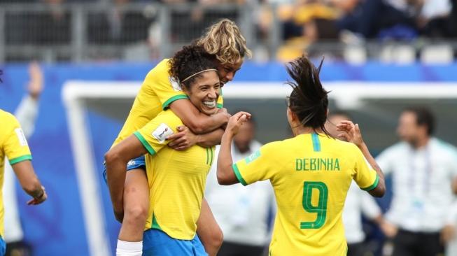 BRASIL ESTREIA COM ARTILHEIRA DA COPA